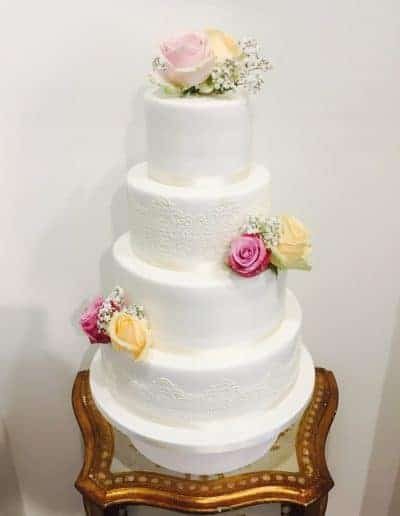 Bruidstraat bekleed met fondant gedecoreerd met eetbaar kant en echte bloemen gemaakt door DS Patisserie.