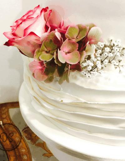 Bruidstraat bekleed met fondant gedecoreerd en echte bloemen gemaakt door DS Patisserie.