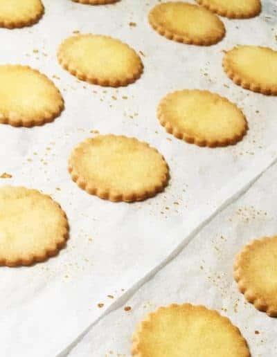 Dit zijn zandkoekjes met gezouten boter uit Bretagne gemaakt. De Galette Breton gemaakt door DS Patisserie.
