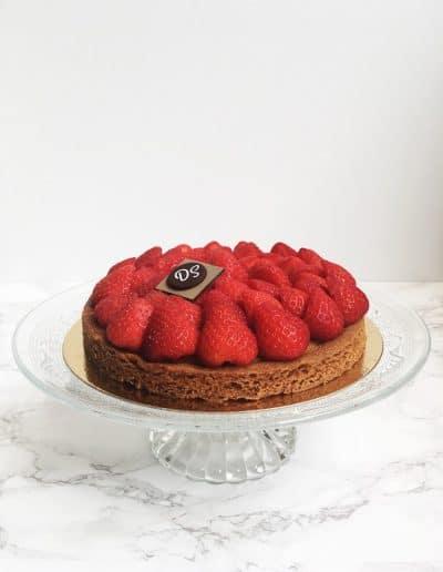 Foto van de gâteau fraises met een bodem ban Bretoens zanddeeg en crème patissier met daarop aardbeien gemaakt door DS Patisserie.